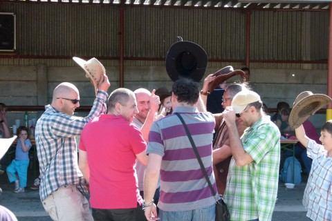 VIDEO: Silný vietor westernový klobúk ani náladu neodvial