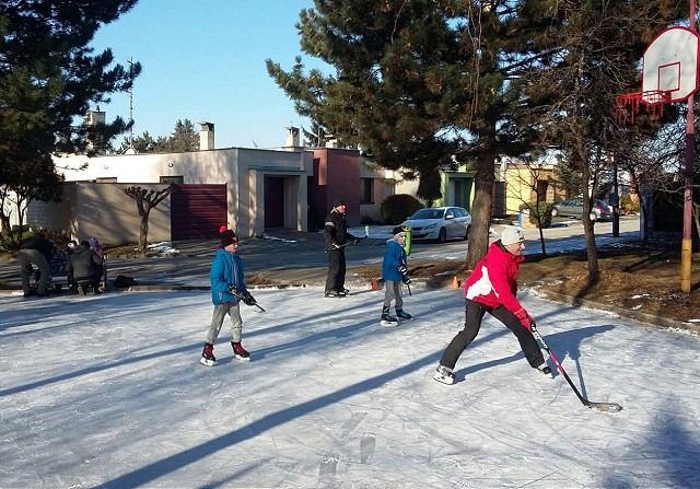 Na Kopánke sa deti korčuľujú aj tento rok, aktívni občania pre najmenších urobili klzisko