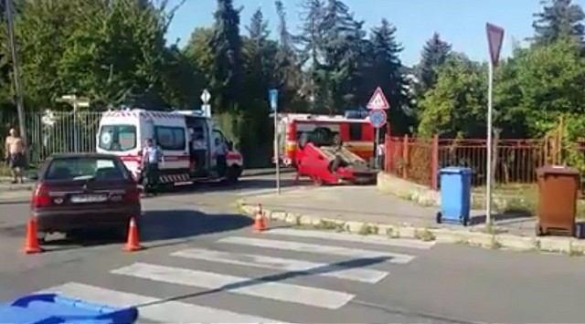 Mladý vodič nedal na Okružnej prednosť, Dacia skončila na streche