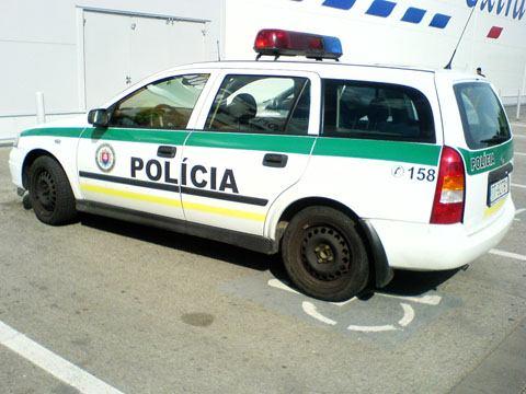 Bože! A vám nie je tých policajtov ani trochu ľúto?