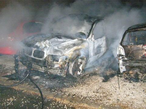 Podpaľači sa opäť nenudili, zhoreli naraz tri autá