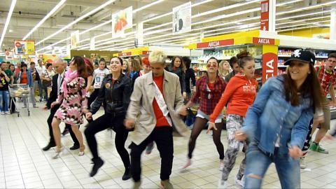 VIDEO: Šok! Kupujúci v hypermarkete sa zmenili na tanečníkov