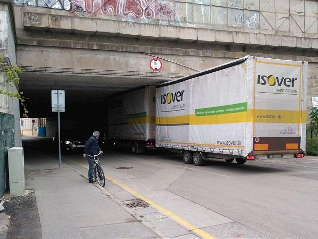 Kuriozita na trnavských cestách: Vozidlo sa zaseklo v podjazde