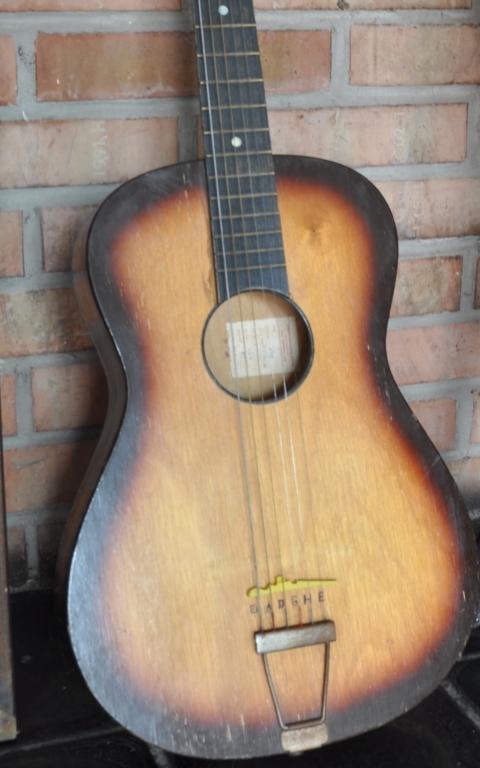 Gitara, na ktorej hrá svoje hity. v poradí už štvrtá. foto