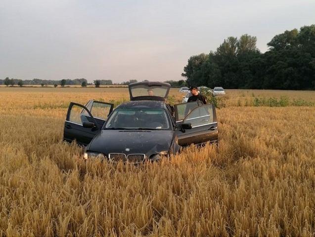 Prenasledované BMW z Trnavy skončilo v poli s dozrievajúcim obilím