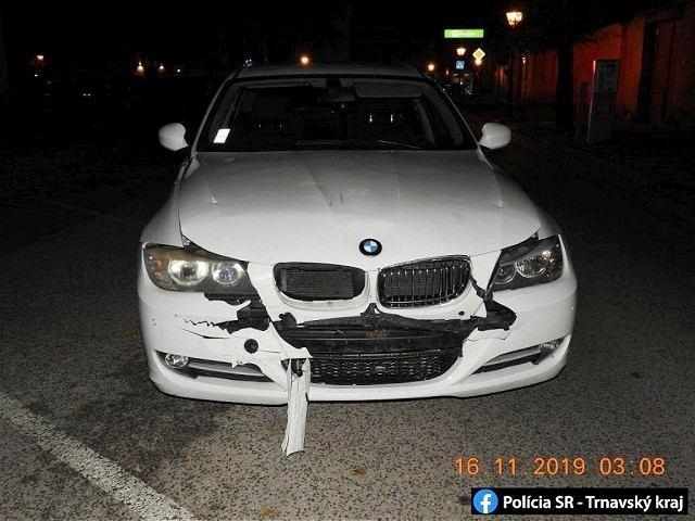 Opitá šoférka BMW rozbila v centre Trnavy dve autá, skončila v cele