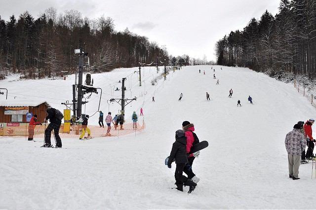 Kam v okolí na lyže? Stačí hodinka cesty autom, podmienky v strediskách sú dobré