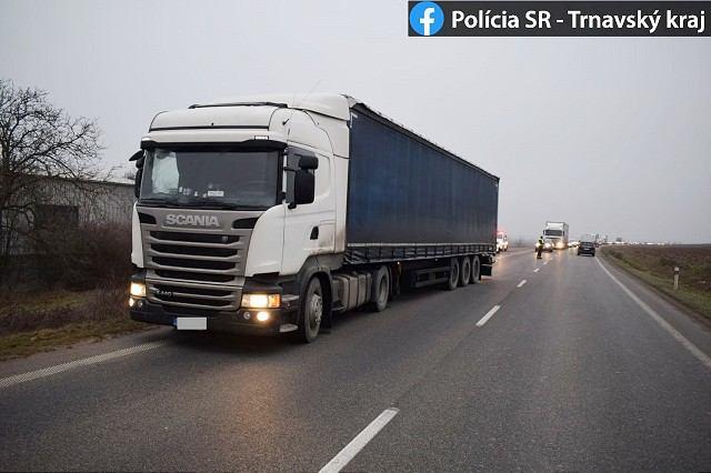 Za Trnavou zastavili opitého kamionistu, nafúkal tri promile