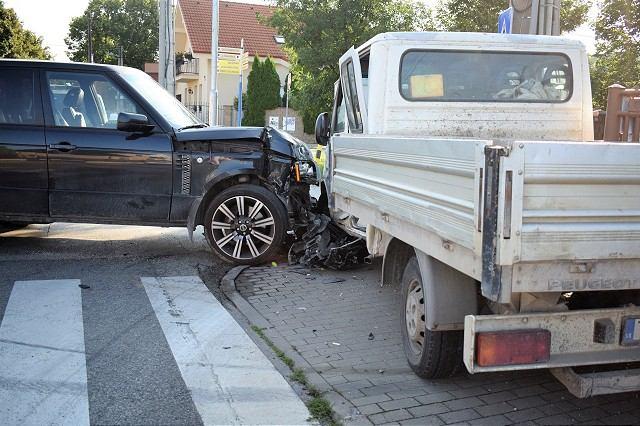 Nehoda na Kopánke: Vozidlo po náraze skončilo na chodníku, vrazilo do plotu domu