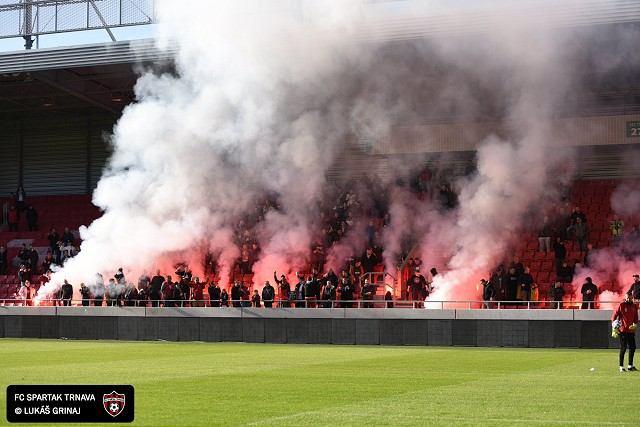 VIDEO: Na tréningu Spartaka pred derby odpálili fanúšikovia bengálske ohne