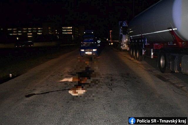 Nehoda pri väznici: Auto zrazilo chodca, po náraze má zlomené obe nohy