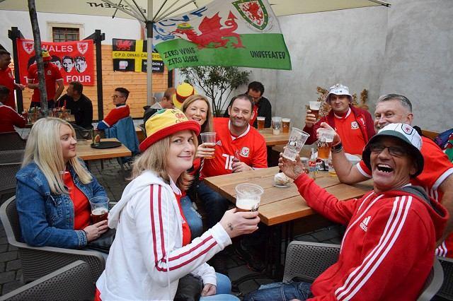 Fanúšikovia Walesu robia medzi sebou dražbu dresov, podporia deti z Trnavy